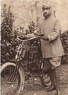 Antonio Vildósola Montemayor en una moto Indian.
