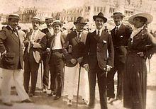 Antonio Vildósola Montemayor con unos amigos.
